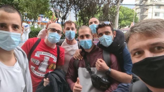 Pedro Morilla (dcha) y siete de sus compañeros del Wuhan Three Towns regresan a China.