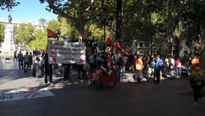 Concentración de trabajadores de Tussam en la Plaza Nueva