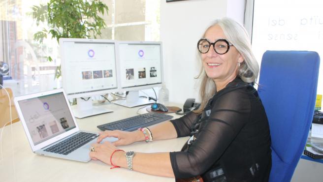 La presidenta de la AGE, Maria Rosa Agustí, con la nueva plataforma Gironazon