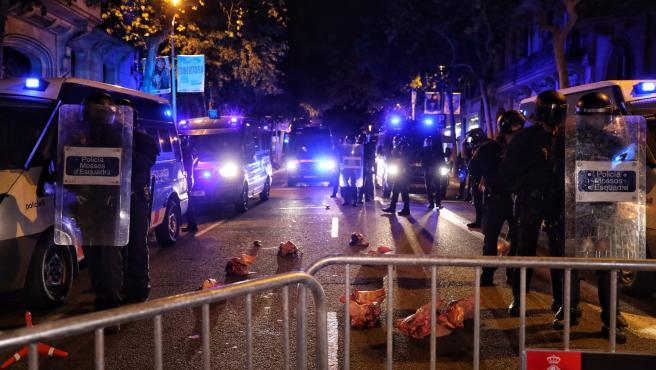 Los CDR lanzan cabezas de cerdo a la policía durante las protestas por la inhabilitación de Torra.