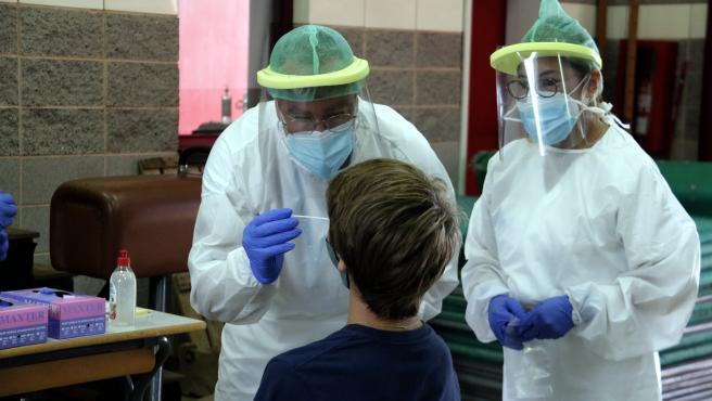 Un equipo móvil extrae muestras para PCR a un niño del colegio Bell-lloc de Girona.