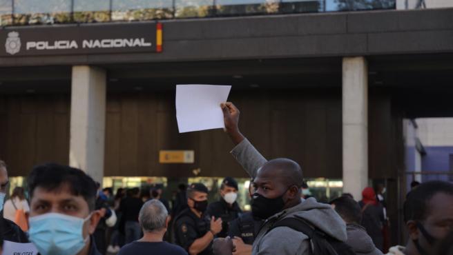 Varias personas se han concentrado ante la comisaría de la Rambla Guipúscoa de Barcelona para protestar por la falta de citas para poder renovar los papeles.