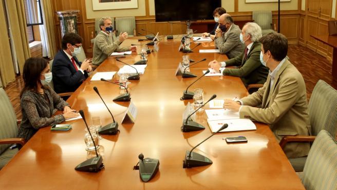Salvador Illa y Enrique Escudero, reunidos este lunes en el Ministerio de Sanidad.