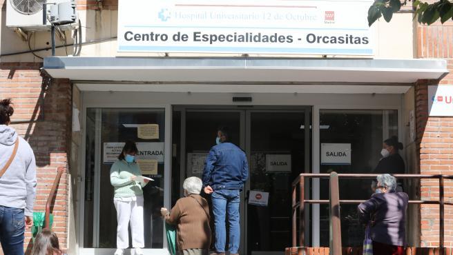 Varias personas esperan para ser atendidos en el Centro de Especialidades de Orcasitas