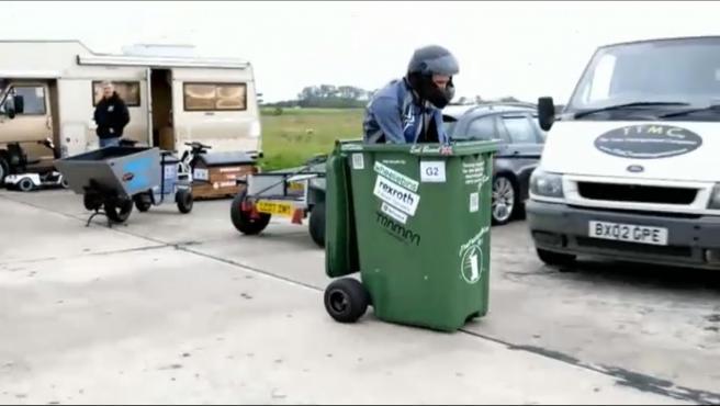 El ingenio no tiene límites y si no que se lo digan al ganador del último récord Guinness. Subido a un contenedor de basura, un británico ha logrado alcanzar los 70 kilómetros por hora. Él mismo fabricó el cubo motorizado utilizando piezas de una motocicleta. Alcanza así una marca mundial y subirse a los nuevos récord Guiness.