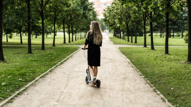 Los españoles prefieren el patinete eléctrico o la bici eléctrica para la vuelta al trabajo.