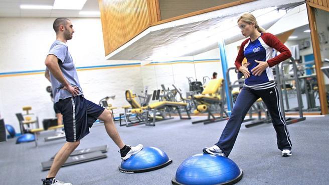 Un entrenador personal puede ayudar a corregir técnicas erróneas o nocivas.