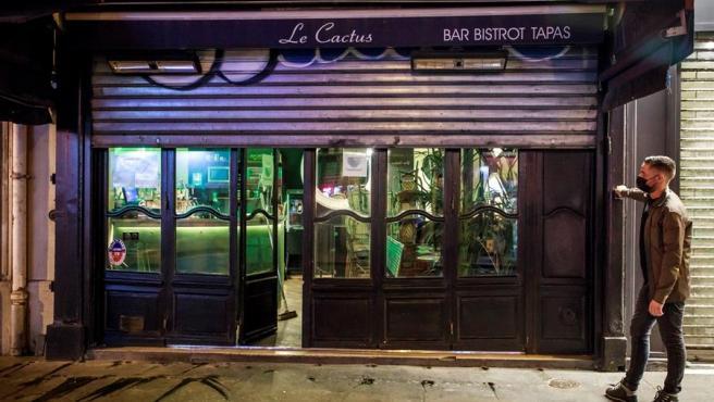 Los bares echan el cierre en París.
