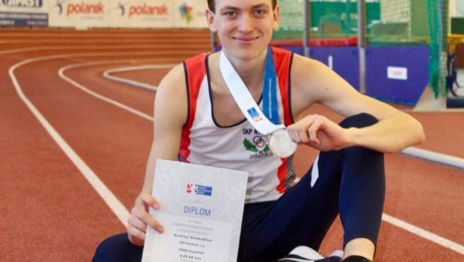 El joven Hodbod con la medalla y el diploma conquistados en una prueba.