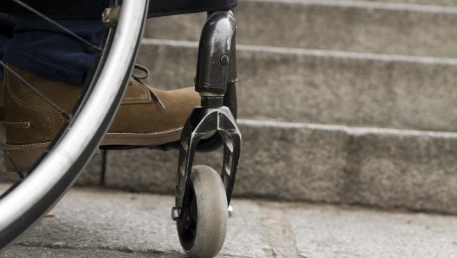 Persona dependiente en silla de ruedas.