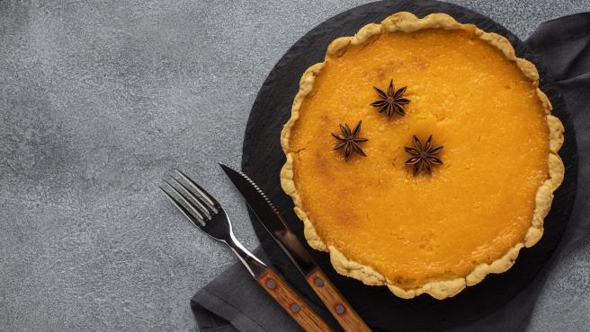La tarta de calabaza se puede decorar con múltiples ingredientes.