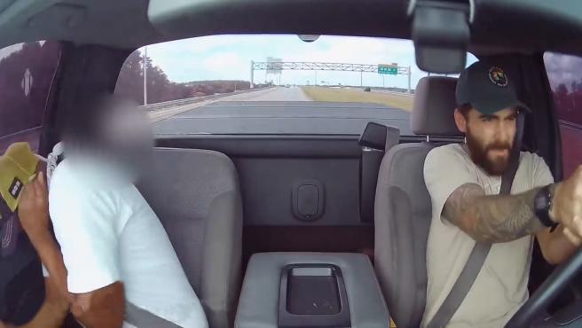 Un estadounidense desató su furia al volante de forma exagerada mientras conducía por una autopista del condado de Orange, cerca de Orlando. Marco Mazzetta rompió su propio parabrisas para disparar a otro conductor porque pensaba que él le iba a disparar primero.  En el vídeo, que él mismo subió a YouTube, se ve a un vehículo moviéndose de forma brusca y obligando a Mazzetta a frenar.