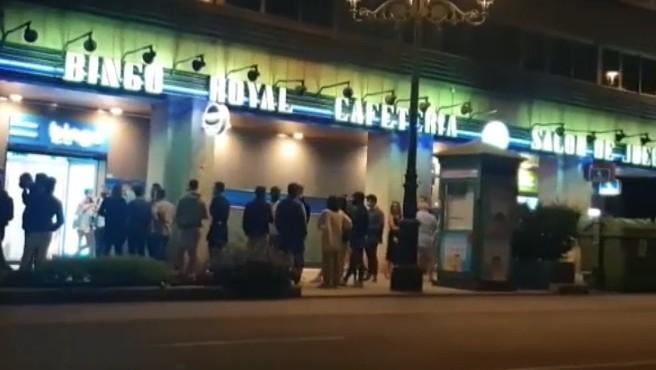 Bingos y casinos, este en concreto en Vigo con colas para entrar como si fuera una discoteca. En muchas comunidades se quedaron fuera de la ley del toque de queda, y en ese limbo horario, se mantienen abiertos hasta las 4.