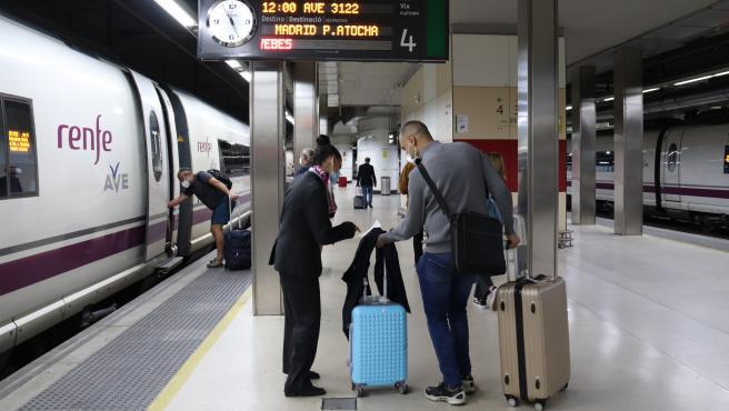 Pasajeros en uno de los andenes de trenes AVE en la estación de Sants de Barcelona.