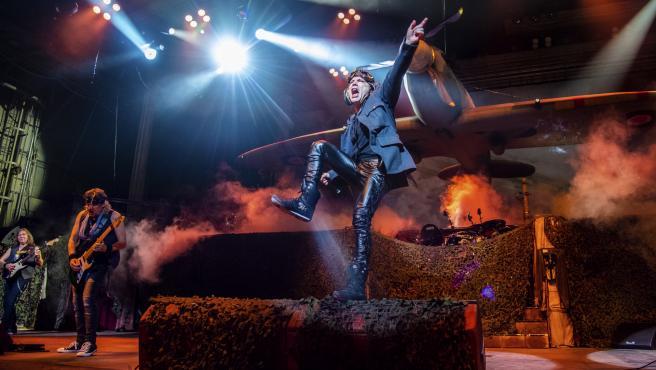 Bruce Dickinson de Iron Maiden en uno de sus conciertos.