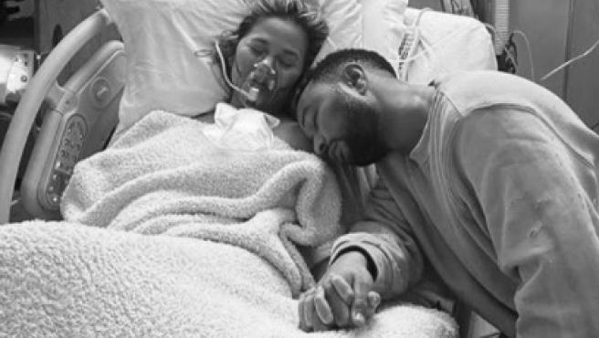 Chrissy Teigen y John Legend, en el hospital, tras perder a su bebé.