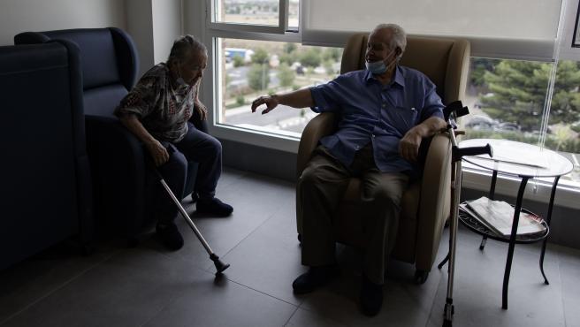 Dos mayores en una residencia