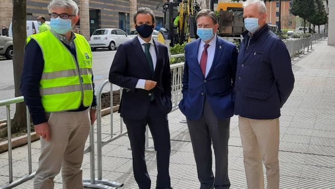 El alcalde, Alfredo Canteli, y el concejal de Urbanismo, Ignacio Cuesta, visitan el inicio de obras en Oviedo.