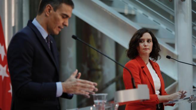 El presidente del Gobierno, Pedro Sánchez, y la presidenta de la Comunidad de Madrid, Isabel Díaz Ayuso, ofrecen una rueda de prensa tras su reunión en la sede de la Presidencia regional, en Madrid (España).