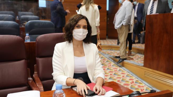 La presidenta de la Comunidad de Madrid, Isabel Díaz Ayuso, antes de que comience una sesión plenaria en la Asamblea de Madrid, en Madrid (España) a 1 de octubre de 2020. El Gobierno regional aprueba en esta sesión la modificación del Proyecto de Ley que,