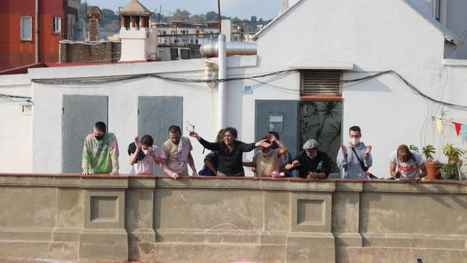 Maite, la vecina que tenía que ser desahuciada, desde la azotea del edificio saludando a los concentrados.