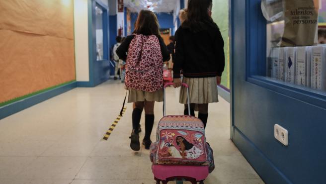 Niños en el hall del Colegio Privado Alameda de Osuna en el primer día del curso escolar 2020-2021, en Madrid (España) a 7 de septiembre de 2020. Los colegios públicos comenzarán mañana, 8 de septiembre, las clases de forma escalonada, que en Madrid, como