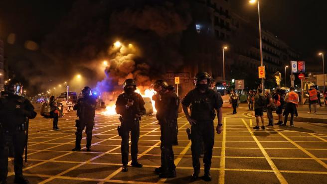 Quema de contenedores en Barcelona en una concentración de CDR convocada por el aniversario del 1-O.