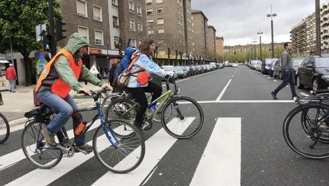 Cruzar un paso de peatones encima de la bicicleta es una infracción de circulación.