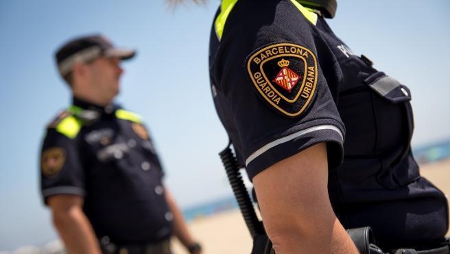 Dos agentes de la Guardia Urbana de Barcelona en la playa (ARCHIVO)