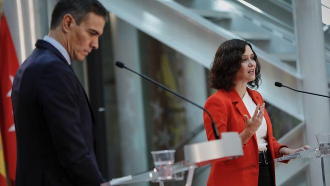 El presidente del Gobierno, Pedro Sánchez, y la presidenta de la Comunidad de Madrid, Isabel Díaz Ayuso, ofrecen una rueda de prensa tras su reunión en la sede de la Presidencia regional, en Madrid (España), a 21 de septiembre de 2020. El objeto de la cit