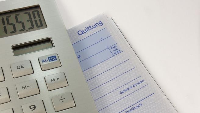 Es muy factible conseguir un poco de ahorro si eres capaz de reducir las facturas. Así, puedes comprobar si tienes la potencia contratada más adecuada a tu luz o si existen planes más baratos para los suministros.