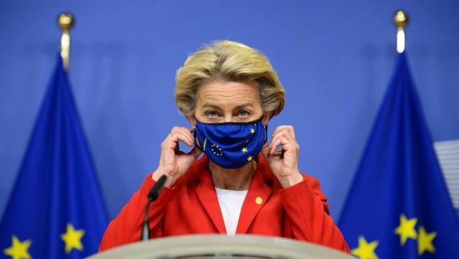 La presidenta de la Comisión Europea, Ursula von der Leyen, se ajusta la mascarilla durante una rueda de prensa.