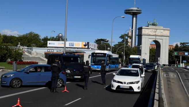Controles policiales vigilan desde la noche de este viernes las entradas y salidas de Madrid, aunque por ahora no habrá multas. El Gobierno madrileño no las impondrá hasta que la justicia ratifique las restricciones impuestas por el Ministerio de Sanidad.