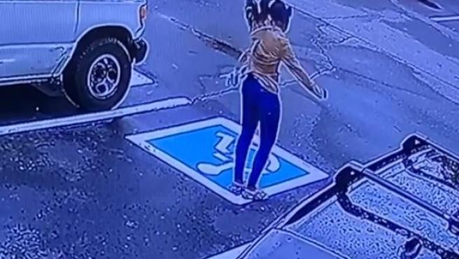 Captura del vídeo de la chica celebrando que tiene nuevo empleo.