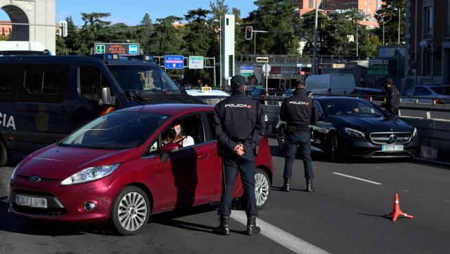 Policías montan un control en el distrito madrileño de Moncloa este sábado.