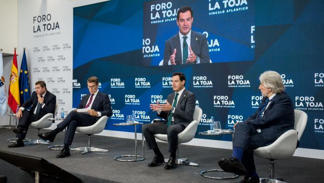 Los presidentes autonómicos Emiliano García-Page (Castilla-La Mancha), Alberto Núñez Feijóo (Galicia) y Juan Manuel Moreno (Andalucía) junto al presidente de Foment de Treball Nacional, Josep Sánchez Llibre, en el II Foro La Toja Vínculo Atlántico.