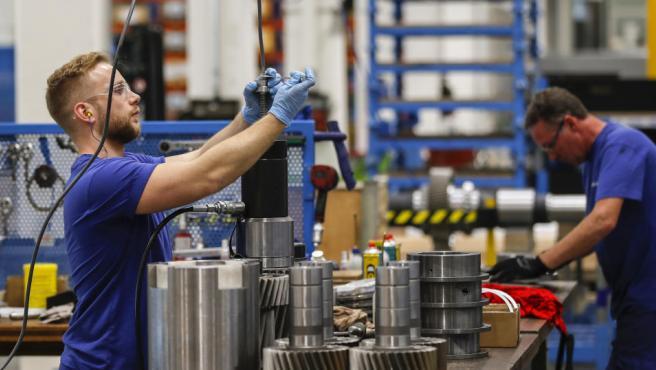 Trabajadores en una fábrica de Suiza.
