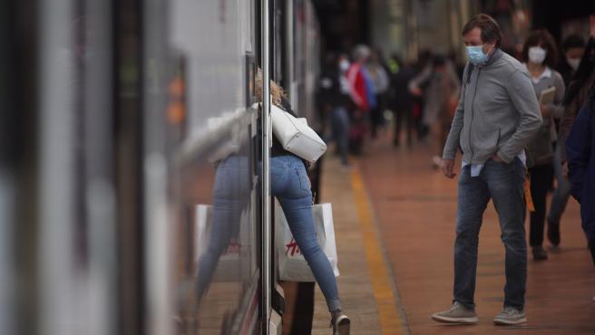 Una mujer sube a un tren en la Estación de Madrid-Puerta de Atocha Adif, en Madrid (España), a 28 de septiembre de 2020.