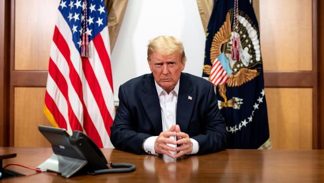 El presidente estadounidense, Donald Trump, salió momentáneamente del hospital militar Walter Reed para saludar por sorpresa y desde el coche al grupo de simpatizantes que se han concentrado en las cercanías del complejo hospitalario, en el que está ingresado por coronavirus.