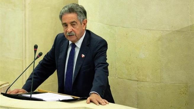 El presidente de Cantabria, Miguel Ángel Revilla, interviene en el Pleno del Parlamento