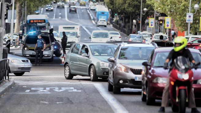 Agentes de la Policía Municipal de Madrid realizan controles de movilidad en el distrito de Puente de Vallecas, en Madrid (España), a 23 de septiembre de 2020. A pesar de los controles policiales realizados en la Comunidad de Madrid, las multas que se imp