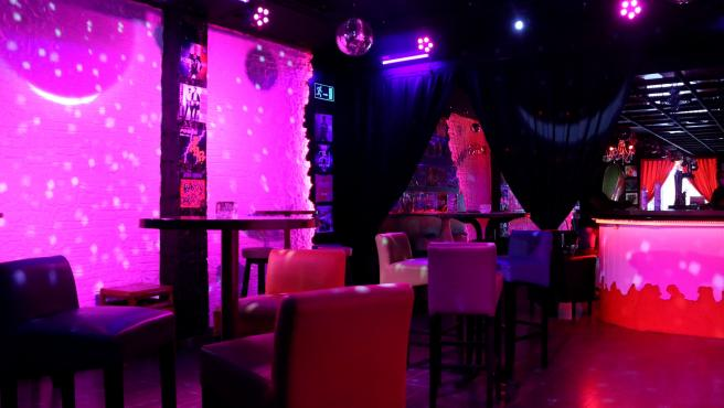 La pista de beile de un bar musical de Sitges, convertida en un espacio de mesas y sillas, en una imagen del 18 de junio de 2020.