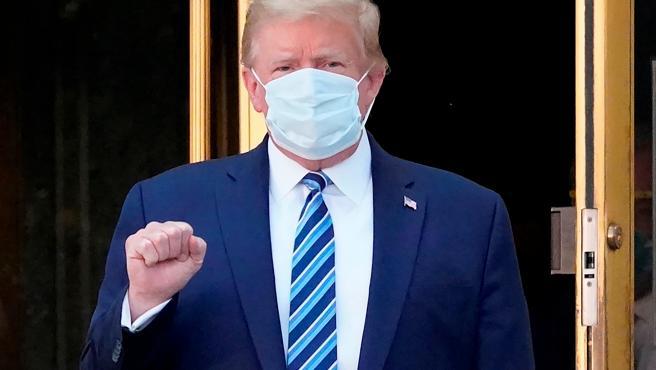 El presidente de EE UU, Donald Trump, al salir del hospital militar Walter Reed, en Bethesda, Maryland, donde ingresó por COVID-19.