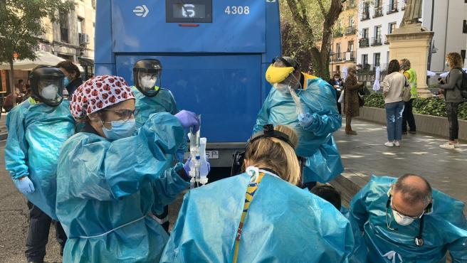 Un autobús de la EMT arrolla a una mujer en la plaza de Tirso de Molina