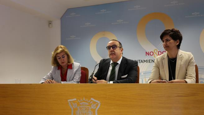 El delegado de Economía, Comercio, Relaciones con la Comunidad Universitaria y Área Metropolitana de Sevilla, Francisco Páez, durante una rueda de prensa