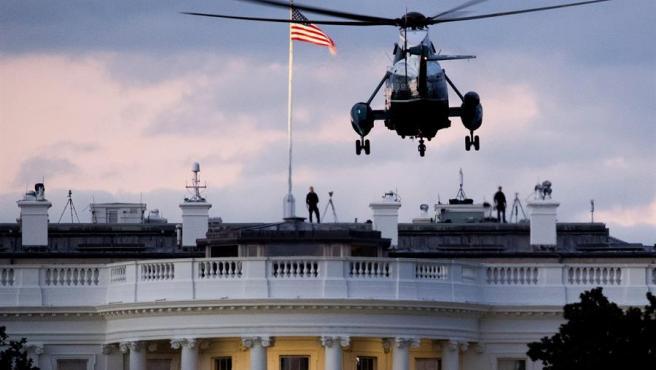 El helicóptero 'Marine One' llega a la Casa Blanca transportando al presidente de EE UU, Donald Trump, de regreso tras su hospitalización por COVID-19.
