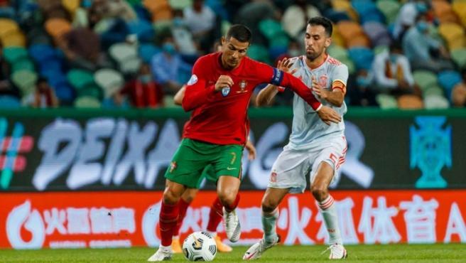 Cristiano Ronaldo davant Busquets en l'amistós de Portugal i Espanya