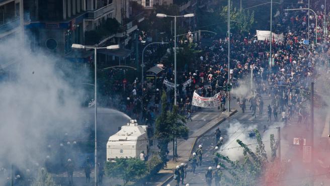 La policía griega contra los manifestantes congregados durante la sentencia