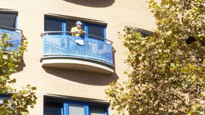 Una persona asomada al balcón del Colegio Mayor Galileo Galilei de València