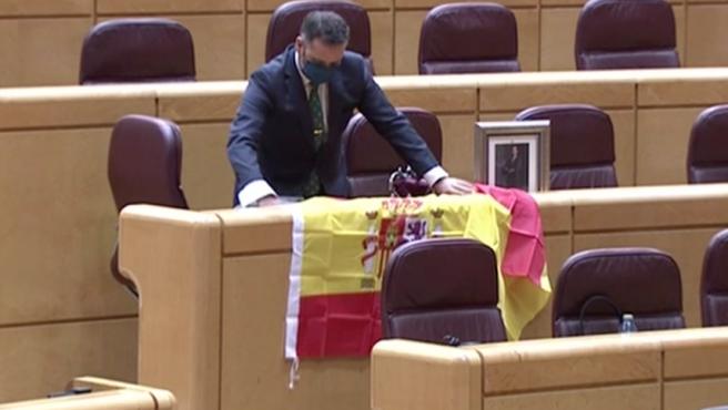 El senador David Muñoz con la peculiar exposición en su escaño